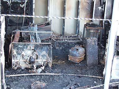 焼け残った除雪機とストーブ